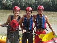 Tres kayakistas con el rio detras