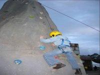 Pratica arrampicata su una parete da arrampicata