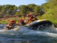 Amigas disfrutando de su experiencia rafting