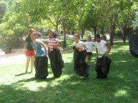 Carreras con sacos sobre la hierba