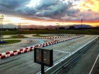 Pista de karting en la puesta de sol