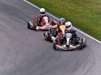 carrera de karting en un circuito cerrado