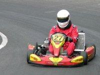ragazzo con una scimmia rossa che corre in un circuito di kart