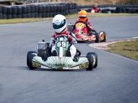 dos personas en un circuito de karting