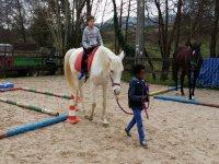 Dirigiendo al companero a caballo