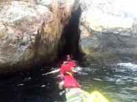 Investiga el interior de cuevas maritimas