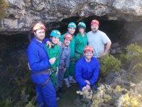 En la entrada de una cueva