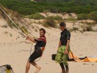 在沙滩上控制风筝