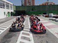 Grupo listo para pilotar un kart