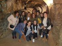 Chicas visitando las bodegas de Aranda de Duero