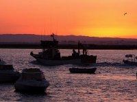 渔船在日落时