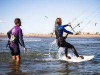 在水中Piragüas风筝开始