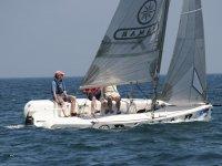 希洪坐在帆船赛艇的一侧