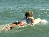 Alumna buscando la ola