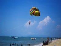 沙滩上的滑翔伞
