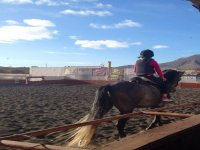 Clase de equitacion en pista central