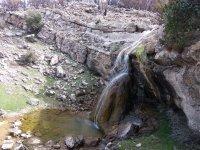 Pequena cascada natural