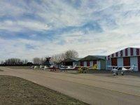 Aerei di fronte agli hangar