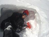 Aprendiendo a hacer una cueva de nieve