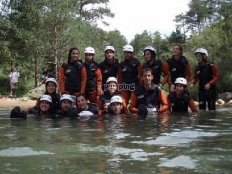 Alumnos y alumnas realizando deportes de aventura