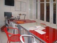 白色和红色的桌子