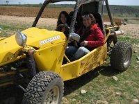 Chicas de ruta en buggy