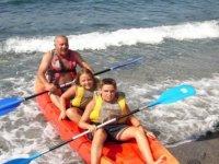 在岸边的独木舟座皮艇中游泳指令票