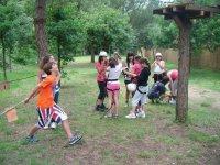 Poniendose los cascos para el circuito infantil
