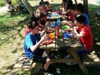 Comiendo en mesas de madera