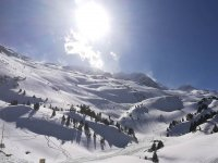 Monte nevado para recorrerlo con raquetas