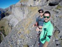 Amigos practicando senderismo en Los Pirineos