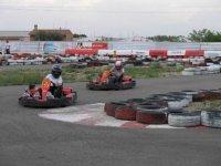 en el circuito con los karts