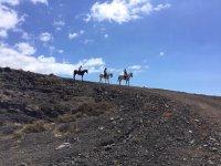 Bajando a caballo por el paisaje canario