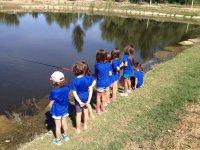 Alumnas del campamento pescando