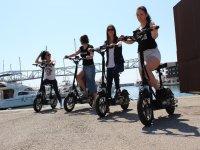 Ragazze su scooter elettrico