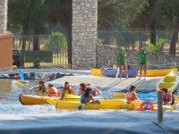 Canoas amarillas en el campamento
