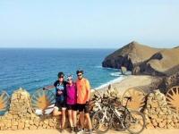 Con las bicis viendo el paisaje marino