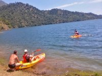 Entering with the canoes in the Andalusian reservoir