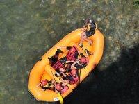 Grupo en balsa de rafting naranja