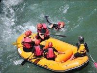 Nadando de vuelta a la balsa
