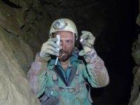 en el interior de la cueva