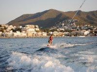 Haciendo wakeboard en el mar
