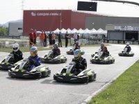 En la meta para comenzar la carrera en karts