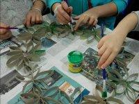 Pintando flores de cartón