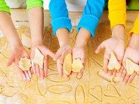 Alumnos haciendo galletas