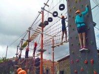 Niños escalando el rocódromo del circuito