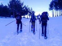 Por el desnivel con las raquetas de nieve