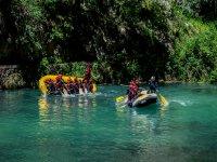 En los rafts cayendo al agua