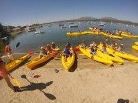 Sentados en varios kayaks
