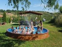 Chicos en la piscina redonda